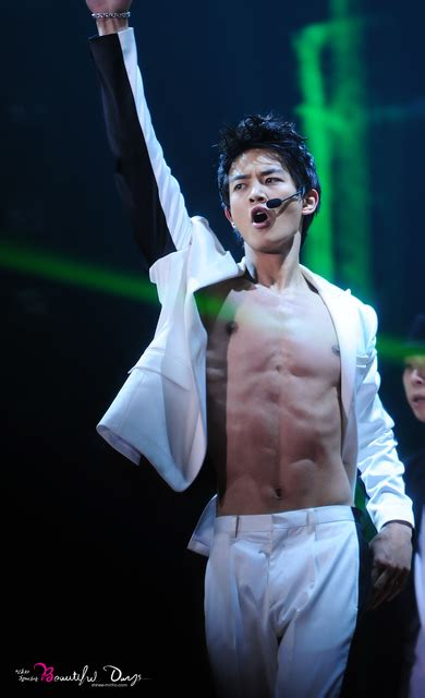 [Video] SHINee's Minho shows off hot chocolate ABS at