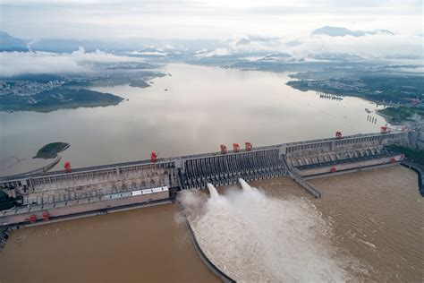 Floods kill 14 in southern China as water peaks at Three